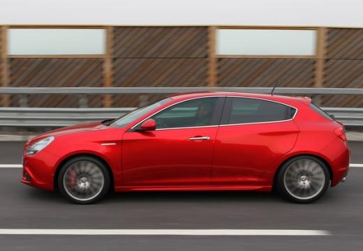 ALFA ROMEO Giulietta hatchback czerwony jasny boczny lewy