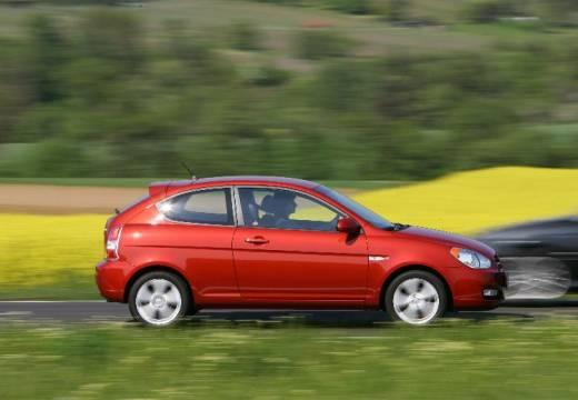 HYUNDAI Accent IV hatchback czerwony jasny boczny prawy