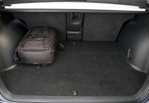 Toyota RAV4 V kombi niebieski jasny przestrzeń załadunkowa