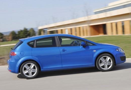 SEAT Leon III hatchback niebieski jasny boczny prawy