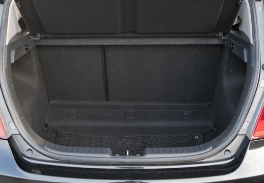 HYUNDAI i30 I hatchback czarny przestrzeń załadunkowa