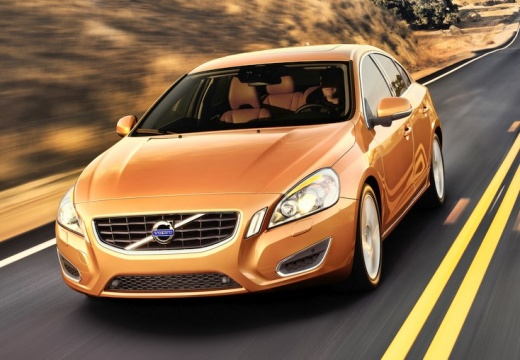 VOLVO S60 IV sedan pomarańczowy przedni lewy