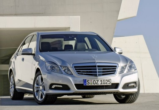 MERCEDES-BENZ Klasa E sedan silver grey przedni prawy