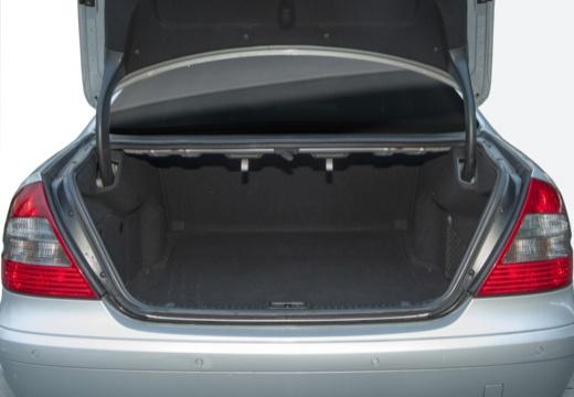 MERCEDES-BENZ Klasa E W 211 II sedan przestrzeń załadunkowa