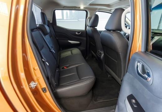 NISSAN Navara NP300 I pickup brązowy wnętrze