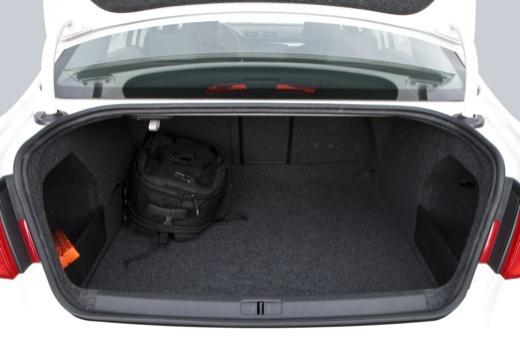 VOLKSWAGEN Passat V sedan biały przestrzeń załadunkowa