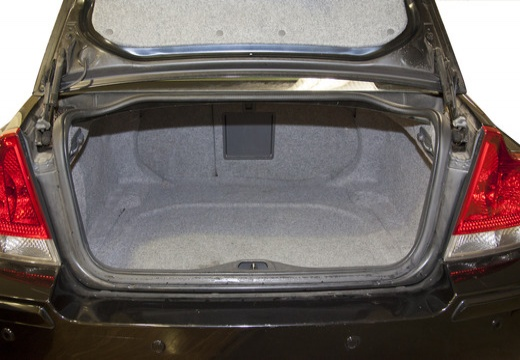 VOLVO S60 III sedan czarny przestrzeń załadunkowa