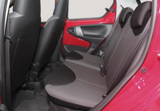 Toyota Aygo III hatchback czerwony jasny wnętrze