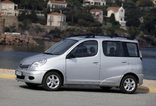 Toyota Yaris Verso II kombi silver grey przedni lewy