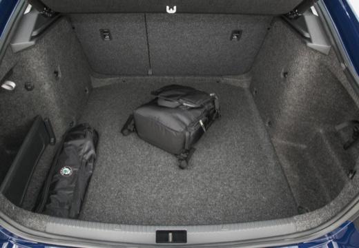 SKODA Octavia III I hatchback niebieski jasny przestrzeń załadunkowa