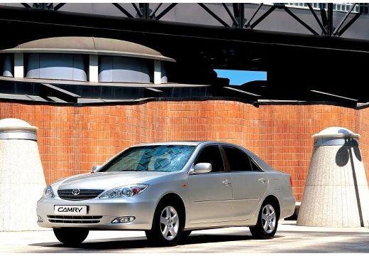 Toyota Camry sedan silver grey przedni lewy