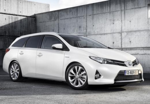 Toyota Auris kombi biały przedni prawy