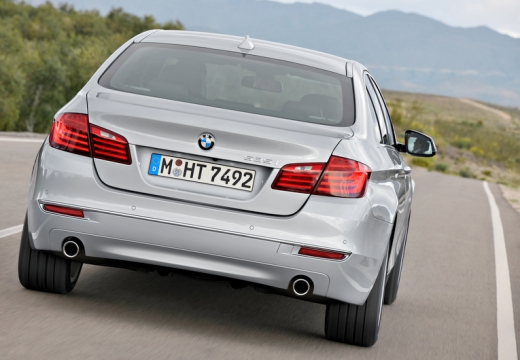 BMW Seria 5 sedan silver grey tylny