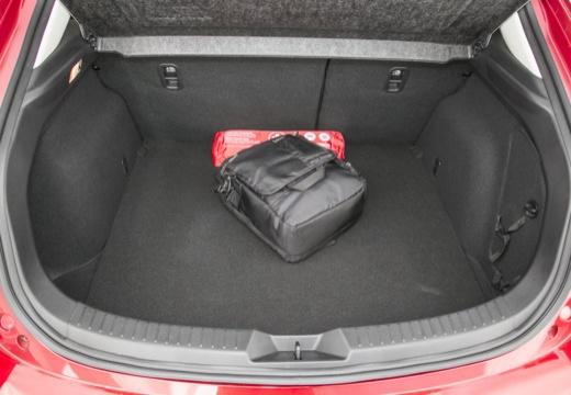 MAZDA 3 V hatchback czerwony jasny przestrzeń załadunkowa