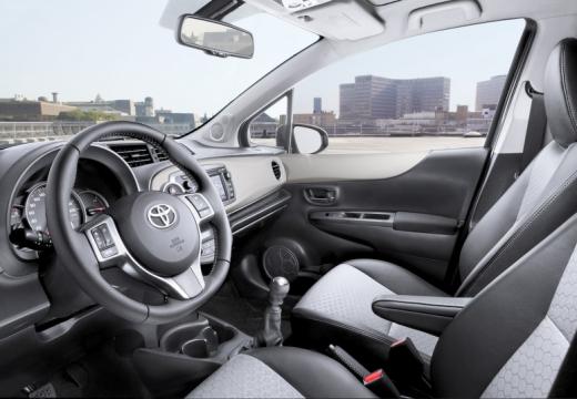 Toyota Yaris V hatchback wnętrze