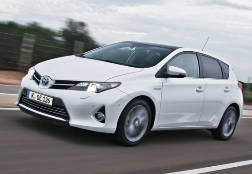 Toyota Auris hatchback biały przedni lewy