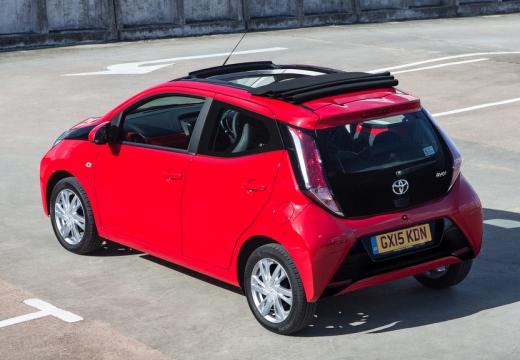 Toyota Aygo hatchback czerwony jasny tylny lewy