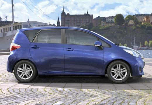 Toyota Verso-S I hatchback niebieski jasny boczny prawy