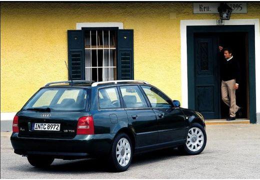 AUDI A4 Avant B5 kombi czarny tylny prawy