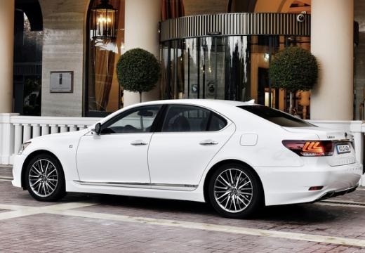 LEXUS LS III sedan biały tylny lewy