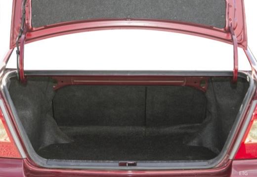 Toyota Corolla VII sedan czerwony jasny przestrzeń załadunkowa
