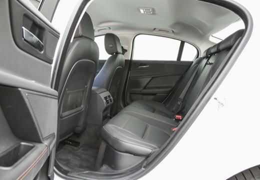 JAGUAR XE I sedan biały wnętrze